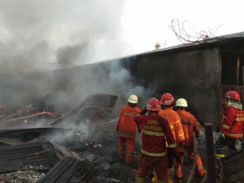 dua-jam-bpbd-kota-tangerang-berhasil-padamkan-kebakaran-gudang-styrofoam