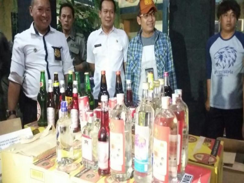 satpol-pp-kota-tangerang-razia-1200-botol-miras