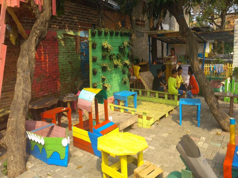 manfaatkan-barang-bekas-kampung-markisa-miliki-area-bermain-anak
