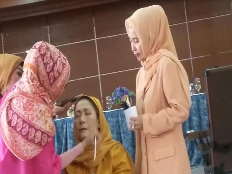 ikuti-trend-ibu-ibu-dharma-wanita-ikuti-kursus-make-up-artis