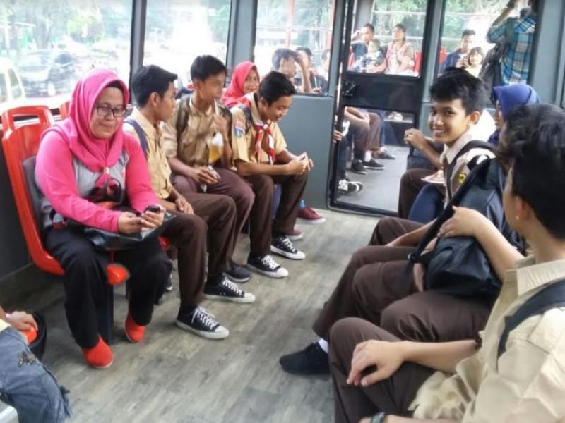 warga-antusias-naik-bus-wisata-keliling-kota