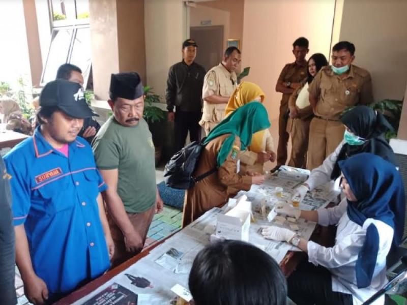 ratusan-pegawai-kecamatan-jatiuwung-ikuti-tes-urine