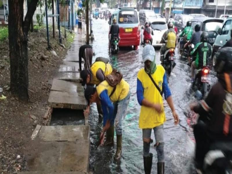 musim-hujan-saluran-air-dipasangi-kawat-antisipasi-genangan