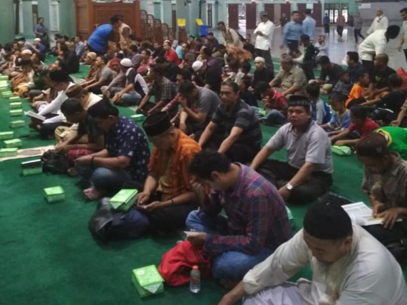 setiap-hari-dkm-masjid-al-azhom-siapkan-ratusan-takjil