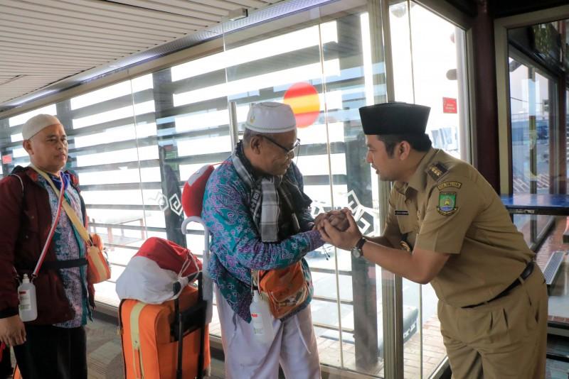 walikota-sambut-kedatangan-385-jamaah-haji-di-bandara-soeta
