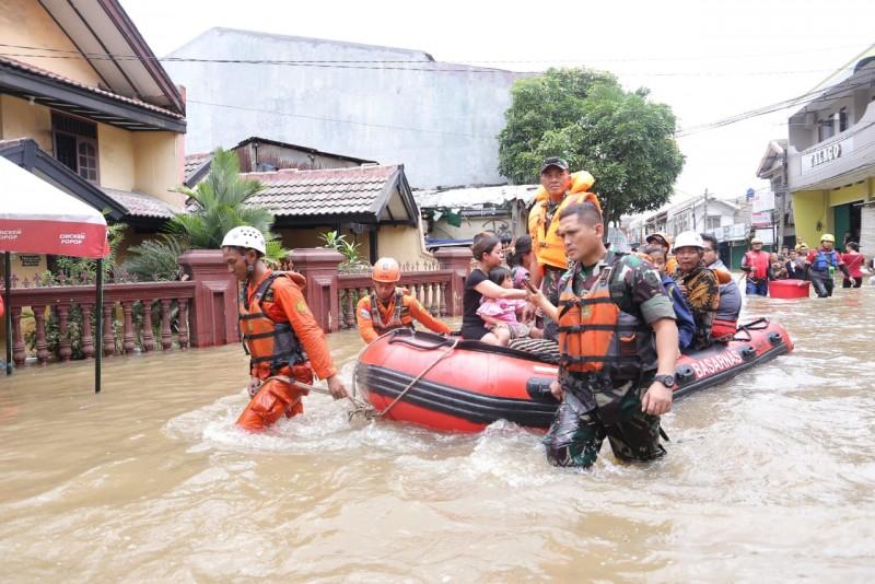 tanpa-henti-200-personil-bpbd-tangani-banjir