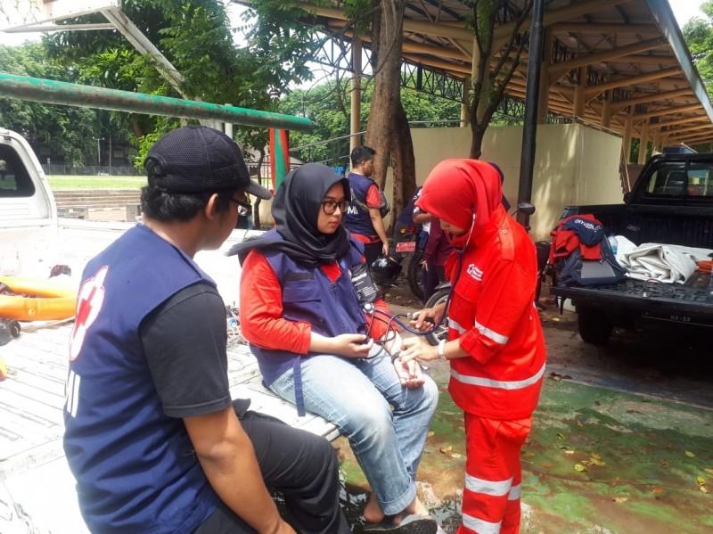 pmi-bantu-cek-kesehatan-relawan-banjir