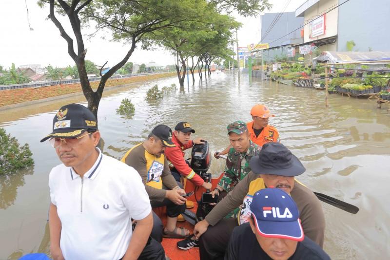 pemkot-siagakan-petugas-di-lokasi-banjir-kecamatan-periuk