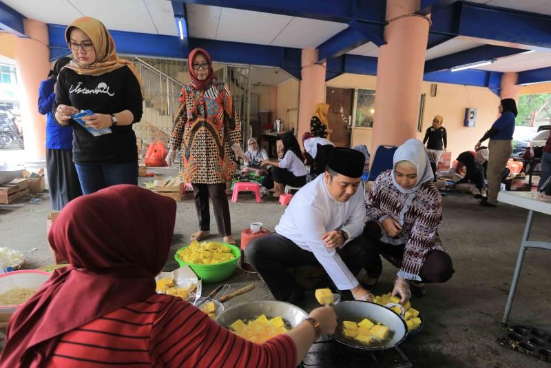 kompaknya-ibu-ibu-bantu-korban-banjir-lewat-dapur-umum-pkk