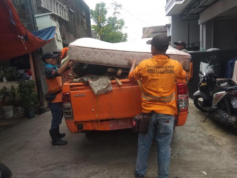 ratusan-petugas-kebersihan-dikerahkan-bantu-pembersihan-wilayah-pasca-banjir