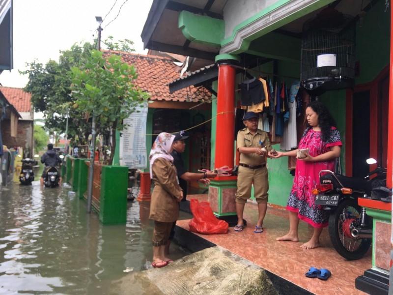 distribusikan-makanan-ke-rumah-rumah-korban-banjir