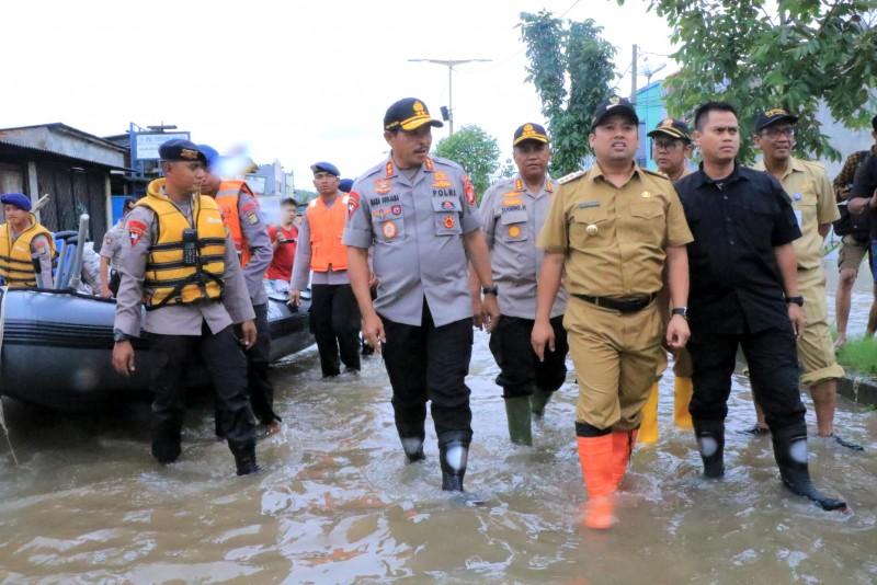-bersama-kapolda-metro-jaya-wali-kota-tinjau-lokasi-banjir-periuk