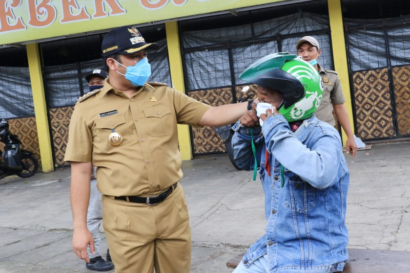 pemkot-bagikan-masker-kain-gratis-untuk-warga