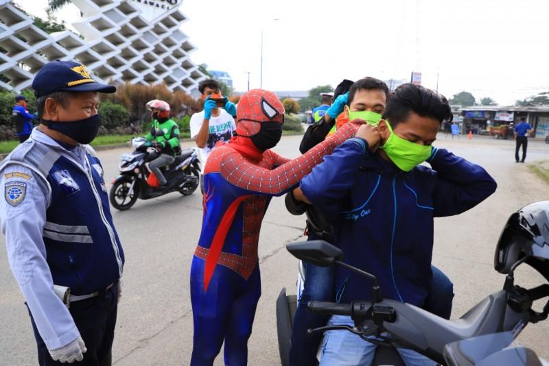 spiderman-bantu-petugas-tegur-warga-tak-patuh-psbb