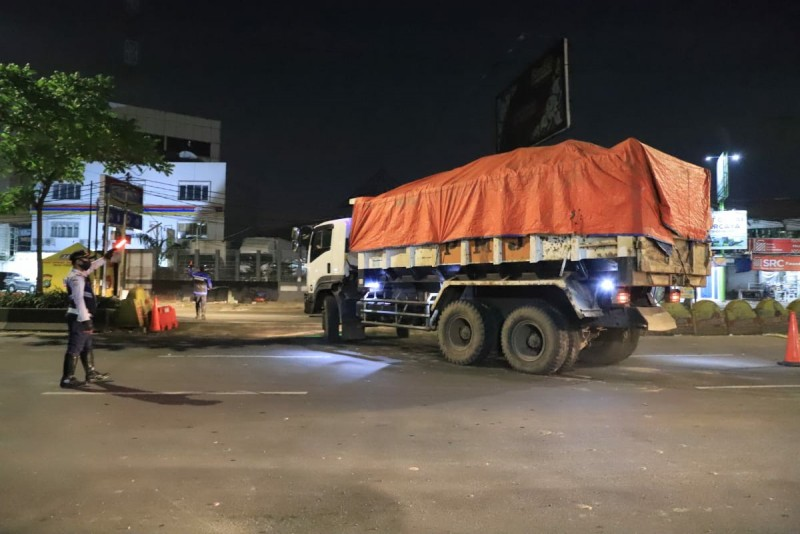 di-titik-check-point-petugas-tindak-truk-truk-proyek