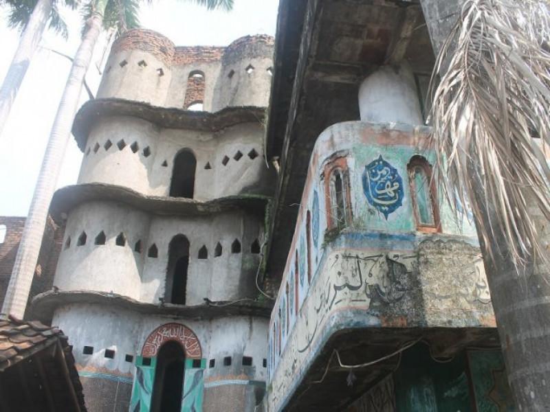 -lebaran-banyak-warga-kunjungi-masjid-pintu-1000