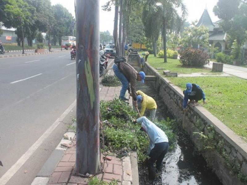 saluran-drainase-jalan-sudirman-dibersihkan