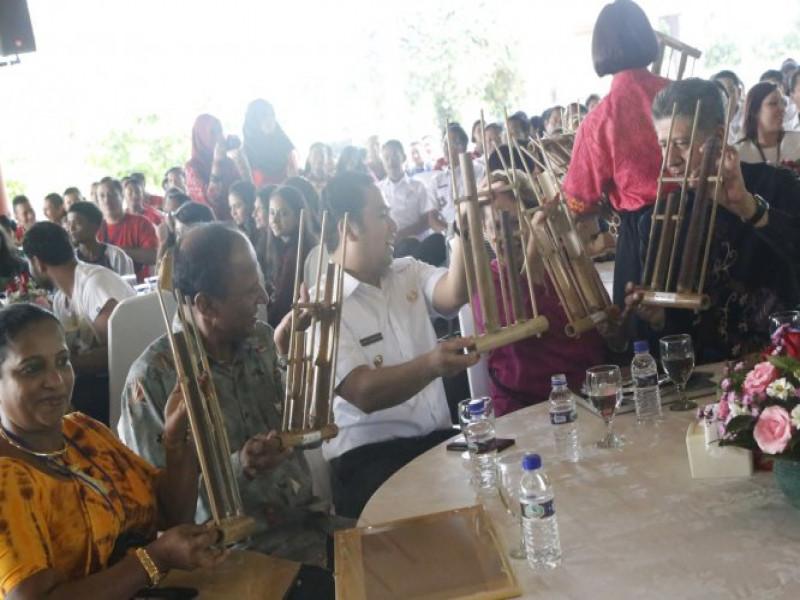 delegasi-asing-peserta-tiff-antusias-memainkan-angklung