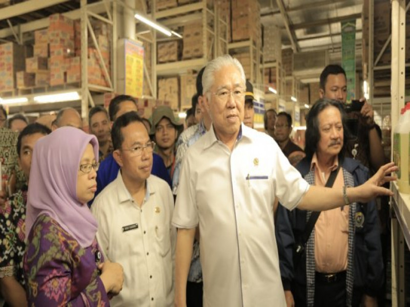 menteri-perdagangan-mengecek-persedian-bahan-pokok-selama-bulan-ramadhan-di-perusahaan-ritel-terbesar-di-kota-akhlakul-karimah