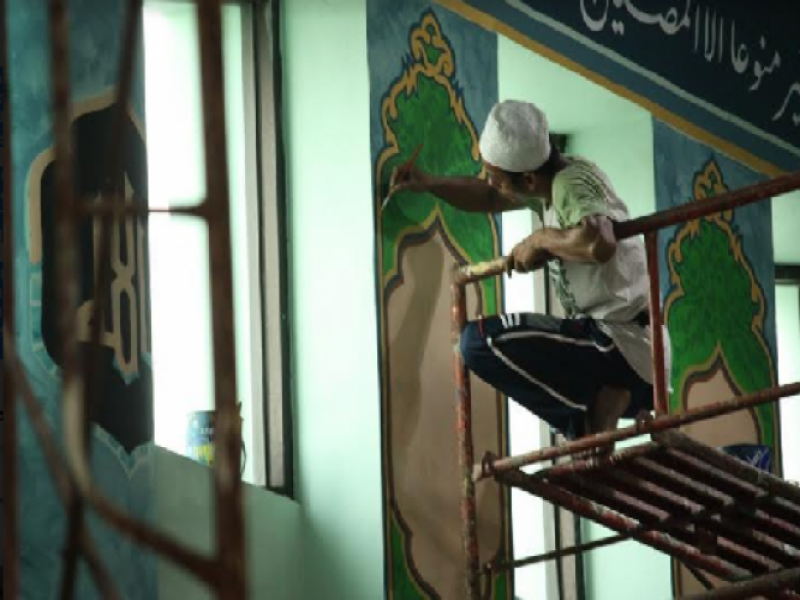 kaligrafer-spesialis-percantik-dinding-masjid-al-azhom