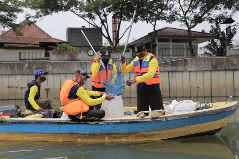 IMG-rutinitas-pemkot-bersihkan-sampah-sungai-cisadane