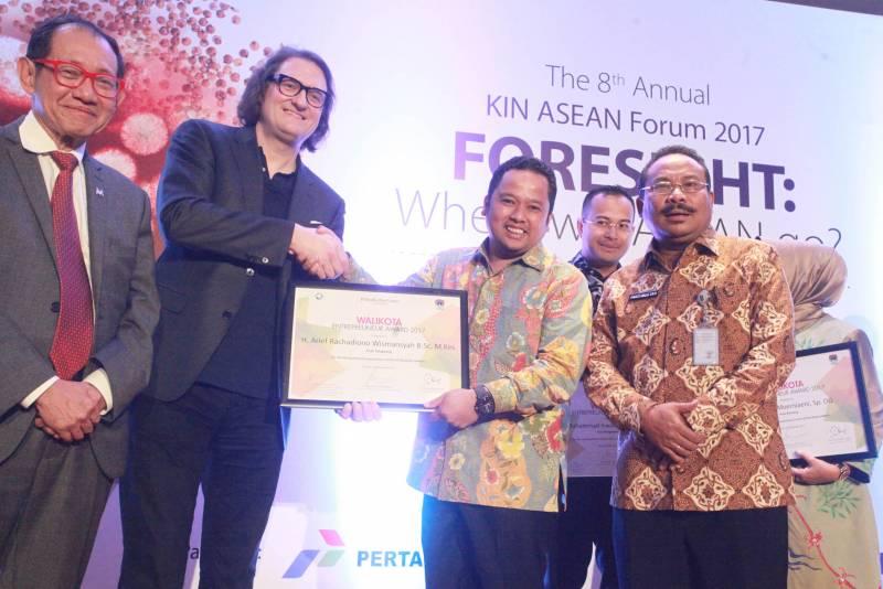 wali-kota-terima-penghargaan-enterpreuner-award-2017