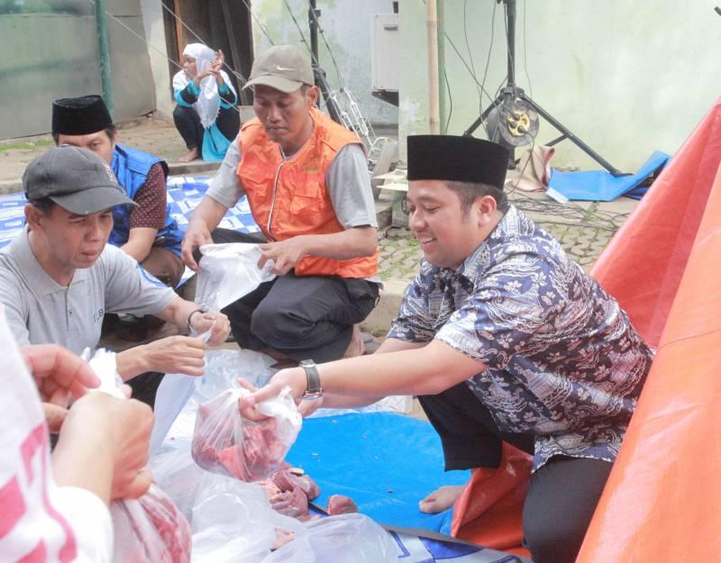 masjid-raya-al-azhom-bagikan-3500-kantong-daging-kurban