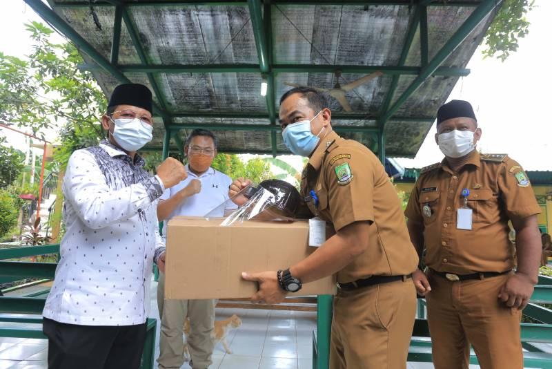 pemkot-bagikan-10-000-face-shield-untuk-pengurus-rw-serta-petugas-kelurahan-dan-kecamatan