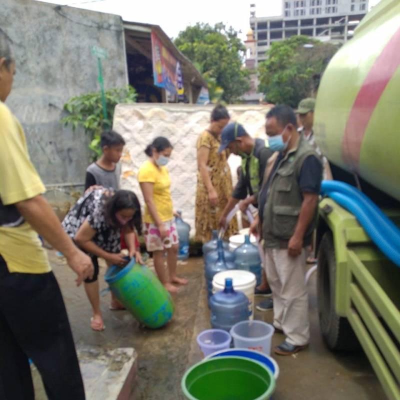 pemkot-pasok-air-bersih-bagi-warga-terdampak-banjir